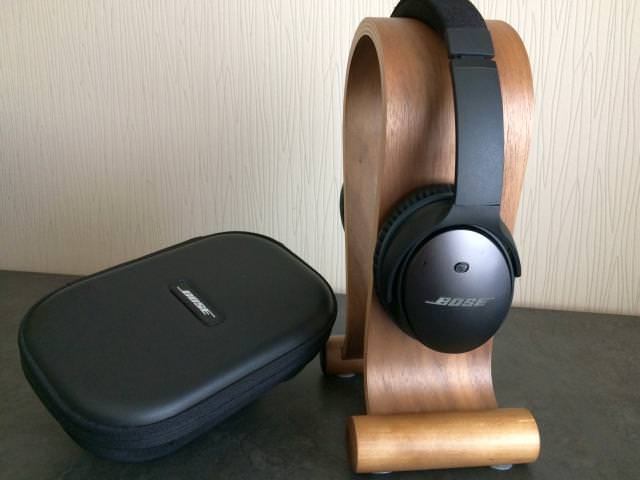 Bose QC25 on Nice Stand with Travelcase
